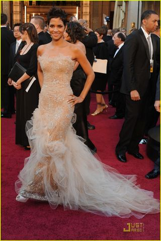 halle berry oscars 2011 red carpet. Halle Berry - Oscar Red Carpet